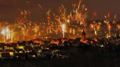 Happy New Year's Eve -- Bing sets off Fireworks, Google